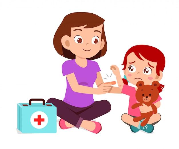 Mãe ajuda primeiros socorros para menina criança