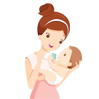 Mãe alimentando bebê com leite na mamadeira
