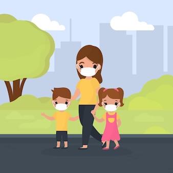 Mãe andando com crianças enquanto usava máscaras médicas