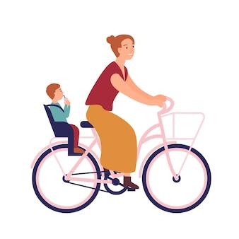 Mãe andando de bicicleta com o bebê no assento.