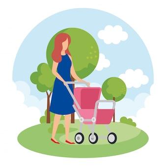 Mãe com carrinho de bebê no parque