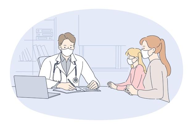 Mãe com filha em máscaras médicas, sentada e ouvindo a recomendação