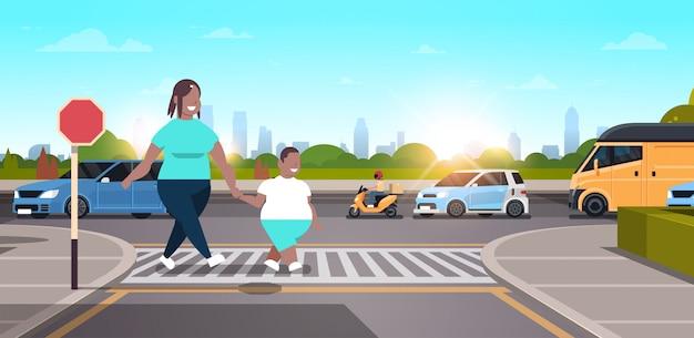 Mãe com filho andando cidade urbana rua família cruzando a estrada na faixa de pedestres conceito personagem comprimento total paisagem fundo horizontal