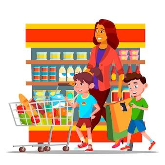 Mãe com filhos às compras em personagens de hipermercado
