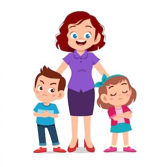 Mãe com filhos brigando