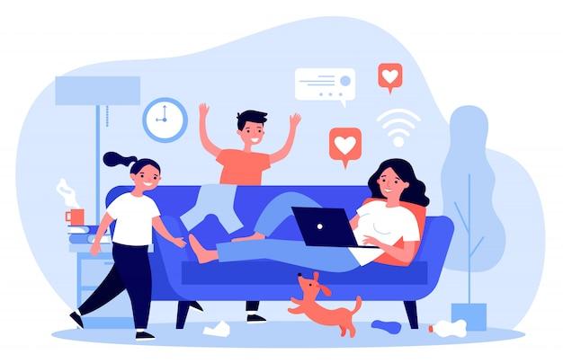 Mãe com laptop vivendo nas mídias sociais