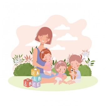 Mãe de gravidez bonito com crianças no acampamento