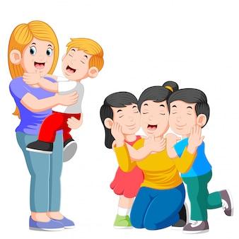 Mãe dois feliz, abraçando seu filho e brincando com seus filhos