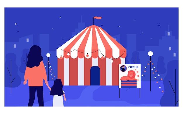 Mãe e filha do lado de fora do circo à noite. mulher e criança passando um tempo no parque de diversões ou ilustração vetorial plana justo. lazer, conceito de entretenimento para banner ou design de site