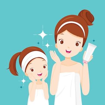 Mãe e filha felizes com rostos limpos