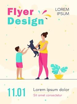 Mãe e filho adotando modelo de folheto de animal de estimação