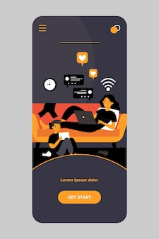 Mãe e filho com gadgets que vivem em bate-papos de mídia social no aplicativo móvel