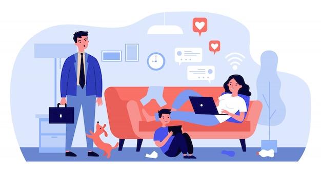 Mãe e filho com gadgets vivendo em bate-papos nas redes sociais
