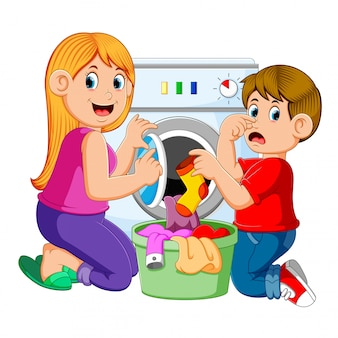 Mãe e filho fazendo roupa