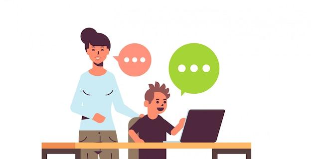 Mãe e filho usando laptop bate-papo bolha comunicação mulher ajudando seu filho a fazer lição de casa feliz família passar tempo juntos