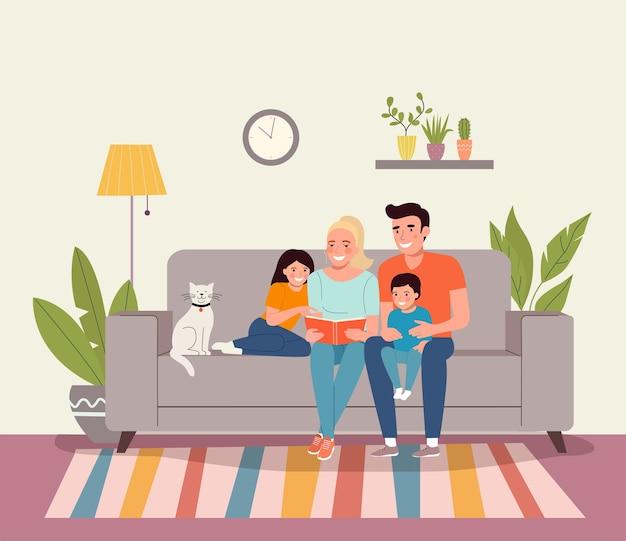 Mãe e pai com filhos sentados no sofá lendo um livro