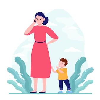 Mãe falando ao telefone enquanto caminha com o filho ao ar livre