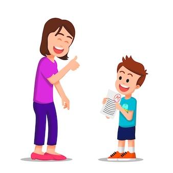 Mãe feliz dá um sinal de positivo para o filho, que tira nota perfeita no exame