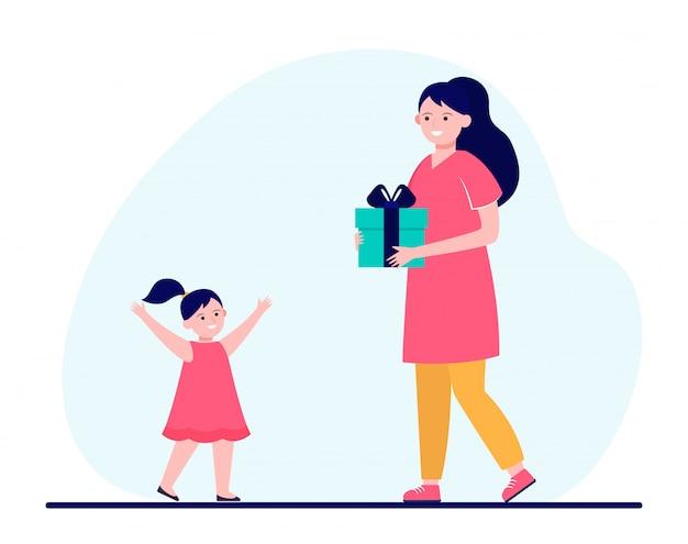 Mãe feliz segurando um presente para a filha