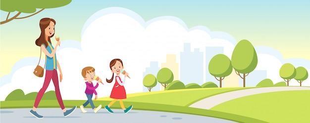 Mãe, filha e filho a passear no parque. mãe de família feliz e filhos comendo sorvete.