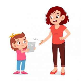 Mãe irritada com o vício de smartphone de menina