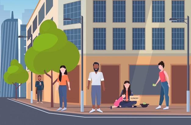 Mãe mendigo, com, filha pequena, segurando, placa sinal, com, faminto, texto, vagabundo, mulher, e, criança, implorar ajuda, desabrigado, pobreza, conceito, cityscape, fundo, apartamento, comprimento cheio