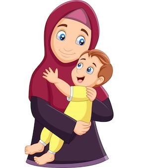 Mãe muçulmana abraçando seu filho