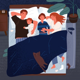 Mãe, pai e filhos dormindo juntos na mesma cama. mãe, pai e filhos se abraçando e cochilando à noite