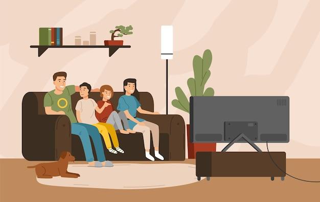 Mãe, pai e filhos sorrindo, sentados no sofá confortável e assistindo à televisão