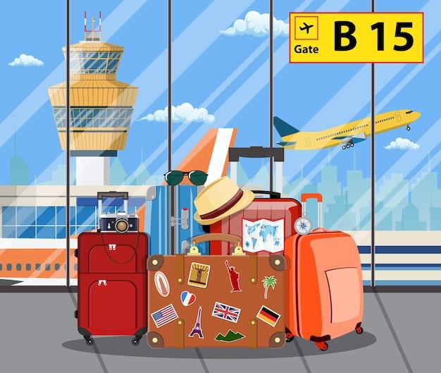 Malas de viagem dentro do aeroporto com um avião, torre de controle