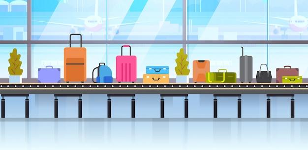 Malas de viagem diferentes na correia transportadora de bagagem no aeroporto