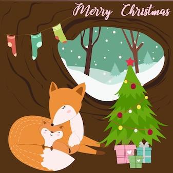 Mamãe raposa bonito e bebê em uma árvore oca.