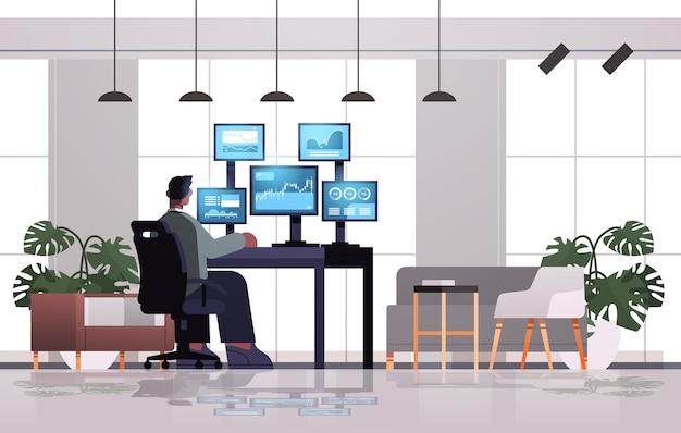 Man trader corretor do mercado de ações analisando gráficos, gráficos e taxas em monitores de computador no local de trabalho ilustração vetorial horizontal de comprimento total
