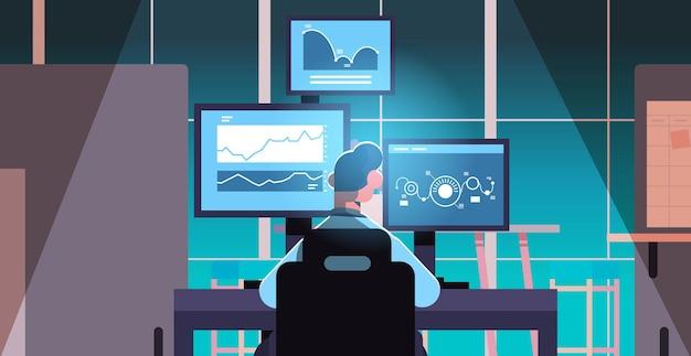 Man trader corretor do mercado de ações analisando tabelas, gráficos e taxas em monitores de computador em ilustração vetorial horizontal de conceito de local de trabalho