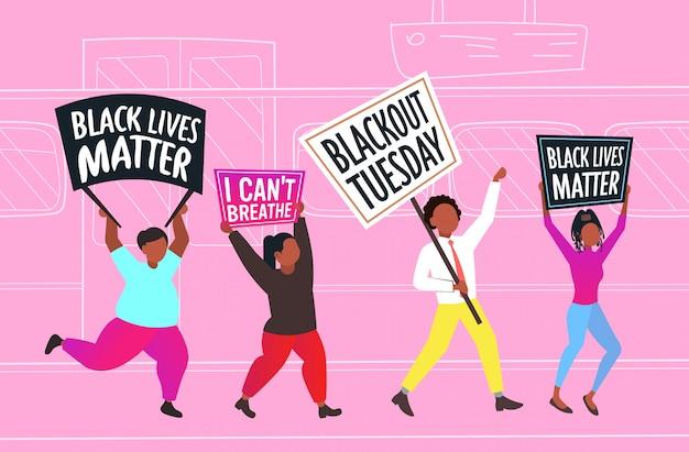 Manifestantes afro-americanos com vidas negras importam faixas protestando contra a discriminação racial