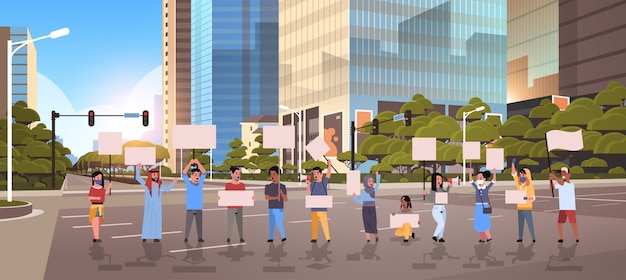 Manifestantes de pessoas segurando cartazes em branco