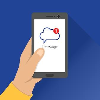 Manter o telefone inteligente com a página de notificação da mensagem na tela. aplicação de computação em nuvem.
