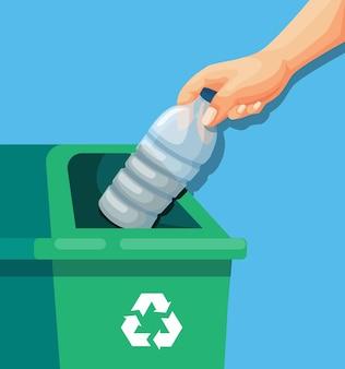 Mão colocando a garrafa de plástico vazia na lixeira de lixo reciclável