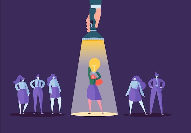 Mão com lanterna apontando para o personagem de mulher de negócios com lâmpada. recrutamento, conceito de liderança, recursos humanos, ideia criativa.