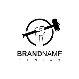 Mão com martelo para modelo de design de logotipo de ferreiro