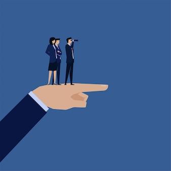 Mão de conceito de vetor plana de negócios apontar para a frente e gerente olhando com metáfora de binóculos de visão.