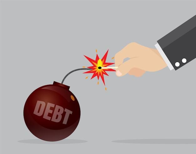 Mão de empresário conjunto fogo o pavio de uma bomba de dívida.
