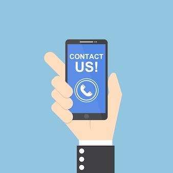 Mão de empresário segurando smartphone com entre em contato conosco texto
