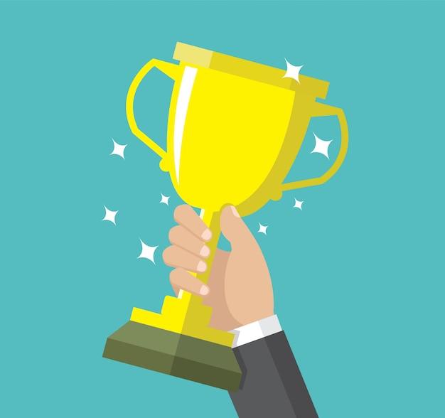 Mão de empresário segurando um troféu