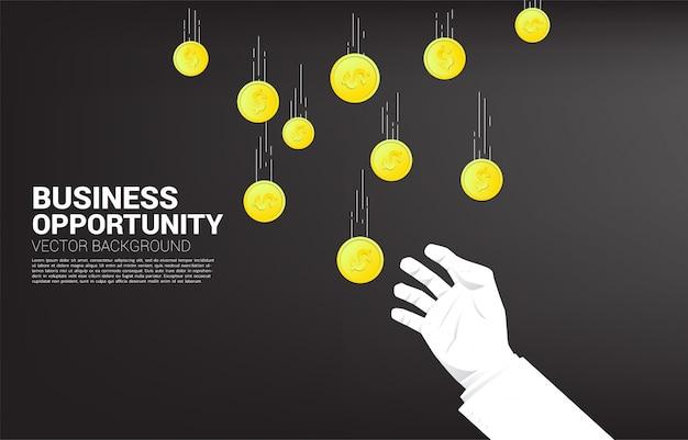 Mão de empresário tenta pegar dinheiro caindo do céu. conceito de oportunidade de negócio e economia