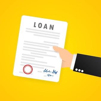 Mão de homem de negócios segura contrato ou documento contratual assinado e documento legal