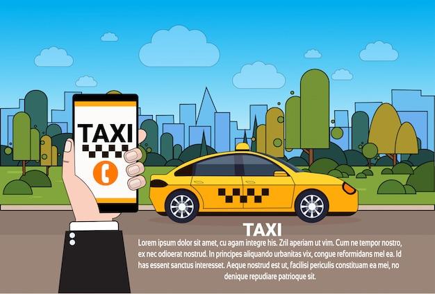 Mão de serviço de táxi móvel segurando o telefone inteligente com pedido on-line app sobre carro de táxi amarelo na estrada