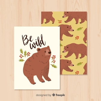Mão desenhada cartão de urso selvagem na natureza