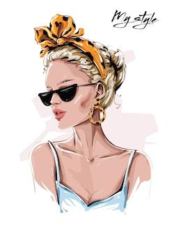 Mão desenhada mulher jovem e bonita em óculos de sol. menina elegante na bandana com estampa de leopardo. olhar de moda mulher.