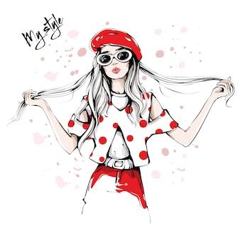 Mão desenhada mulher jovem e bonita em óculos escuros e boina vermelha. moda mulher em camisa manchada. menina elegante, segurando seus longos cabelos. olhar de moda mulher.